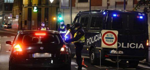 Un policía nacional durante un control en la cuidad de Valladolid tras el toque de queda impuesto por la Junta de Castilla y León.